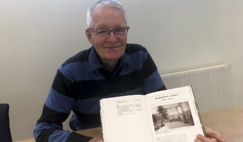 Artikkel i årbok: Arne Randen, leder i Heidal historielag, med årboka der en av artiklene tar for seg kronprinsbesøket i Heidal i 1896.