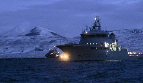 SØKER: KV Barentshav og Polarsyssel i bakgrunnen drev fredag fortsatt søk i området hvor helikopteret gikk ned.