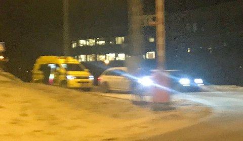 PÅKJØRT VED KRYSS: Nødetatene rykket fredag ettermiddag ut til krysset nedenfor UNN ved Forskningsparken.
