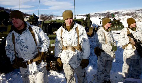Soldater fra US marines under skarpskytingsøvelse i Halkavarre i Porsanger i mars. Foto: Ola Solvang