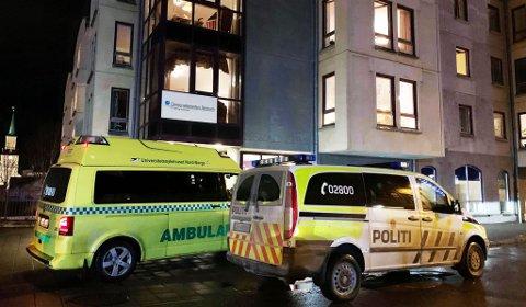 Her er politi og ambulanse på plass utenfor Heracleum. foto: Tobias Kvalvik Henriksen