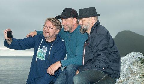 SVISKE-TV: Bandet er stadig inne på Facebook med livesendinger på Sviske-TV, og har hatt rundt 2.000 visninger på noen av sendingene. Fra venstre: Per Steinar Markussen, Svein Andreassen og Per Høyer Steffensen.