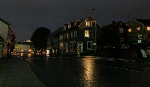 MØRKLAGT: Skippergata på kvelden den 17. august, gatelysene er avskrudd og hele gata er mørklagt.