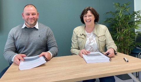 SIGNERTE: Svein Tore Drevsjø, BMO tunnelsikring ASO og Kristina Hansen, fylkesråd for samferdsel, signerte kontrakten om Ibestad-tunnelen mandag.
