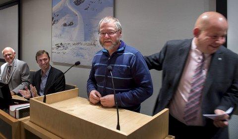 OVERREKKELSE: Torvild Sveen overrakte nøklene sine til ordførerkontoret til den nye varaordføreren, Finn Olav Rolijordet, eller «ferievikaren» som Roger Hansen kalte han i et leserbrev da det stormet som verst.Foto: brynjar Eidstuen