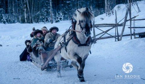 TRYGG FLUKT: Anders Hveem fra Roksvoll styrer hesten Ask i Birkebeinerspelet på Mesnali i helga.