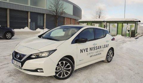 TAPER SALG: Elbilen Nissan Leaf, her på ladestasjonen på CC i Gjøvik, er en av Norges mest solgte, men synes nesten ikke på registreringsstatistikken for Vestoppland.FOTO: ØYVIN SØRAA
