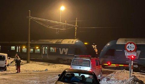 SPERRET: Bilistene måtte vente mens toget på Gjøvikbanen ble berget.