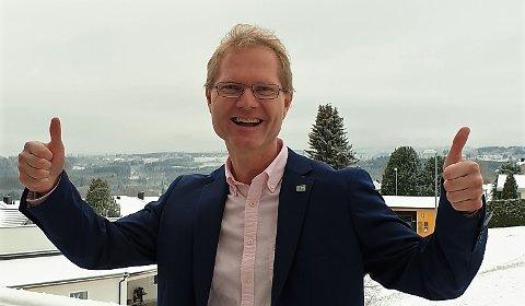 RAKFISK: Tor Andre Johnsen fikk øynene opp  for E16 i Valdres under rakfiskfestivalen i 2016. E16-pinsen har han fortsatt på jakka. FOTO: PRIVAT