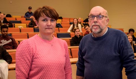 SKOLENE STENGER: Rektorene Nina Sevalrud og Knut Solhaug rakk så vidt før skoledagens slutt å ta runden med informasjon til klassene om at alle skoler stenges fra og med fredag.