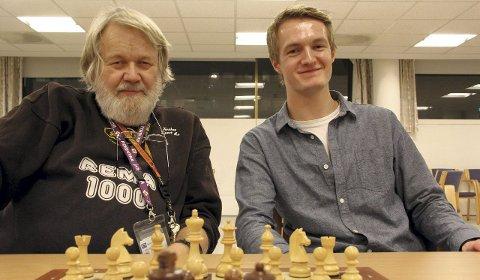Velkommen: Per Lea og Andreas Støle i Follo sjakkforening ønsker nye medlemmer velkommen til klubben.