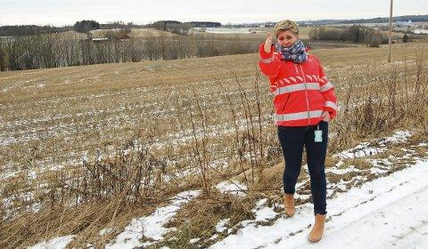 HER SKAL VEIEN GÅ: Prosjektleder Elin Bustnes Amundsen står på grusveien mellom Store og Lille Gryteland gård i Ås, der en firefelts motorvei kommer midt mellom gårdene. FOTO: METTE KVITLE