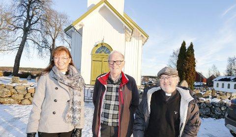 GLEDER SEG: Fra venstre prost Hege E. Fagermoen, menighetsrådsleder Olav Aardalsbakke og prest Sigurd A. Bakke gleder seg til søndag når de får storfint besøk.