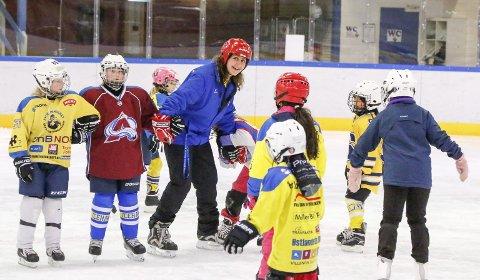 GODT HUMØR: 20 jenter født 2007-2011 møtte på jentehockeydag i Ski ishall. A-lagstrener Kari Fjellhammer ledet mye moro på isen.
