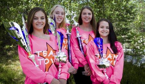 BAR TUNGT: Freestyle-danserne (f.v.) Jeanine Hesjedal Skjellum, Emma Spolén Heiersjø, Tone Tøraasen og Ea Victoria Nygård Tefre kom hjem fra VM i Blackpool med favnen full av pokaler.FOTO: Atle Larsson