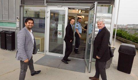 INN: Himanshu Gulati,  Jon Helgheim og Tønnes Steenersen å vei inn til møte med politistasjonssjefen. Marius Gunnerud, leder for nærpolitiet, leder an.