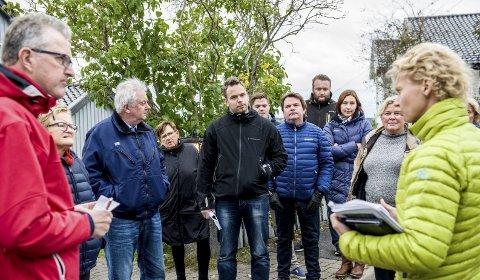 Befaring: Byggesakssjef, Janne Balberg Kvisvik (t.h.) orienterte frammøtte under befaringen i Mesterfjellveien 5 i går. Foto: Bjørn Jakobsen