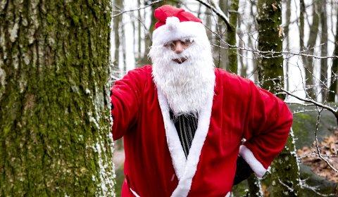 Venter på julekort: ØP-nissen er i farta høyt og lavt om dagen. Nå vil han se dine julekort og julevideoer. Foto: Nils-Erik Kvamme