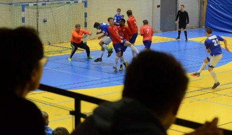 INTENST:  Det var mange intense dueller, her mellom Flisa i blått og naboen Kjellmyra i rødt.