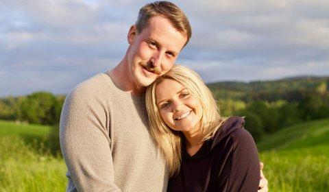 Simen Kummeneje (29) er vokst opp på Jørstadhøgda. Her er han sammen med Inger Lund som han falt pladask for i Jakten på kjærligheten.