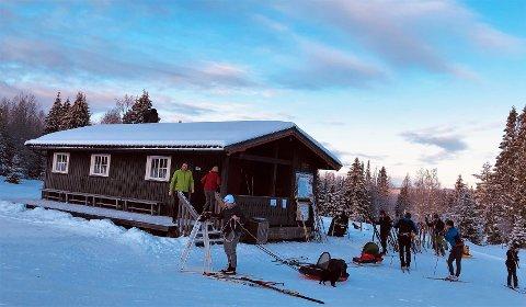 FOLKSOMT: Det var massevis av folk på Svenkerudvollen i strålende vintervær 2. juledag.