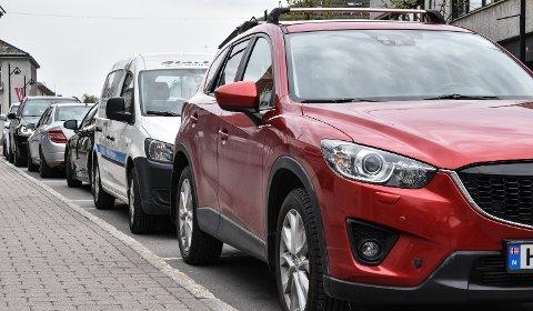 AVGIFT ELLER IKKE: I dag parkerer du gratis i to timer i Storgata. Så må bilen flyttes.