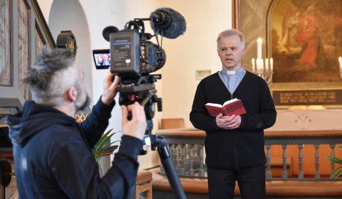 FORAN KAMERA: Sokneprest Torbjørn Granerud i Løten møter menigheten på en ny måte denne påsken.