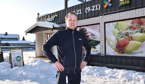 OVER OG UT: Joker Foseid er historie, konstaterer butikksjef Andreas Kulstad Hagelund.