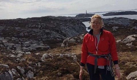 TRIVES PÅ VESTLANDET: Her er Inger Beate Pettersen på Fedje med hunden Sasha.