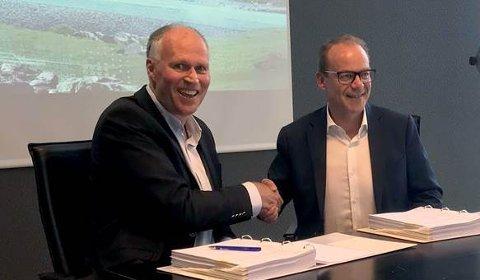 SIGNERTE KONTRAKT: NJDs administrerende direktør Hans Gunnar Dokken signerte kontrakten med CEO i Siemens Mobility AS, Lars J. Andresen.
