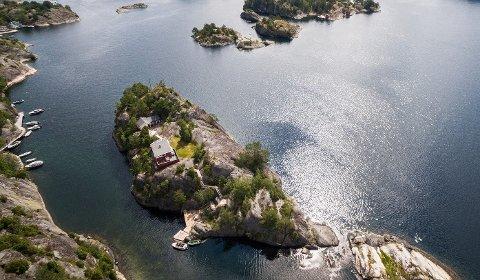 Denne øya med navnet Bikjeholmen er til salgs med hytte og brygge til en prisantydning på 16.5 millioner kroner. Beliggenheten er ved Valle mot Fossingfjorden.