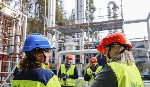 OMVISNING: Olje- og energiminister Tina Bru (til høyre) sammen med Fortum Oslo Varmes CCS-direktør Jannicke Gerner Bjerkås (til venstre) under en omvisning ved fangstanlegget for CO2 ved Fortums avfallsforbrenningsanlegg på Klemetsrud i Oslo. Foto: Terje Bendiksby / NTB scanpix
