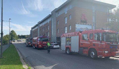 STORE STYRKER: Fem brannbiler, fem politibiler og flere ambulanser rykket ut på melding om bygningsbrann i Jernbanegata.