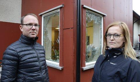OPPGITTE: – Angrepet med ruteknusing har skremt både beboere og ansatte ved Liengbakken bofellesskap. Det vil ta tid å etablere trygghet igjen, sier seksjonsleder for boligsosialt arbeid, Vidar Slettjord, og avdelingsleder Tonje Olsen ved bofellesskapet.Foto: Arne Forbord