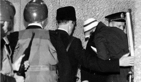 Lillehammersaken: Rettssak etter drapet på Ahmed Bouchiki på Lillehammer i 1973. Seks israelske agenter var tiltalt for delaktighet i overlagt drap. En av de tiltalte i saken, Ethel Marianne Gladnikoff,  ankommer rettssalen bevoktet av væpnet politi.Foto:  NTB / SCANPIX