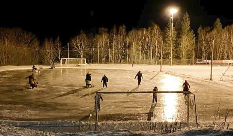 Rana kommune har sørget for is på løkka ved Hauknes stadion. Etter det har det vært stor aktivitet på banen. Foto: Åga IL