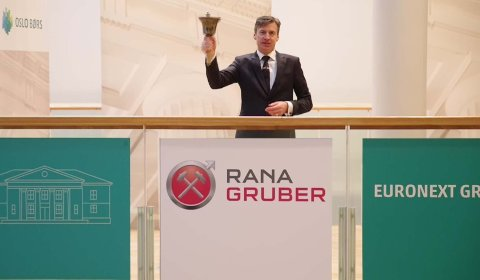 Børsdirektør Øivind Amundsen ringer i bjella for å markere at Rana Gruber nå er på børs.