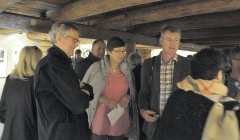 Per Spook skapte kø av kunstinteresserte hos Klevjer. Her sammen med Kari og Runar Dannemark fra Sigdal.