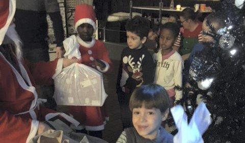 På den flerkulturelle juletrefesten på Røde Kors-huset i Hønefoss vanket det gaver fra julenissens sekk. (leserfoto)