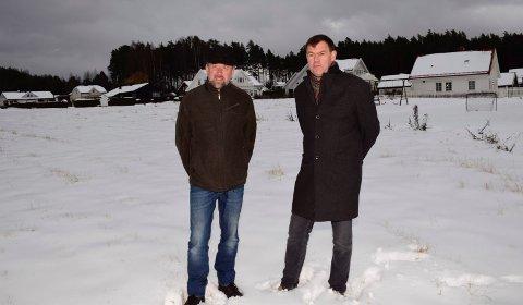 HER: På dette jordet på Svensrud vil Bjørn Leifsen (til venstre) og Frederik W. Skarstein utvikle selvbyggertomter for Coop. Soria Moria-feltet er i bakgrunnen.