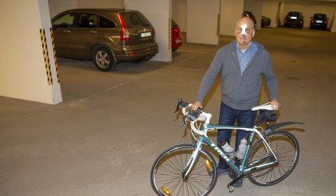 UHELDIG: Alf Rakkestad (78) fra Hokksund var uheldig og veltet på sykkel. Han fikk god hjelp av forbipasserende og senere av helsevesenet – og ønsker å takke alle som hjalp ham.