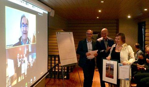 OVERRASKELSE: En overrasket og beæret Harald Lystad overrekkes prisen via video fra (fra venstre) Ståle Sagabråten, Nils Rune Nilsen og Mette Christin Lerfaldet