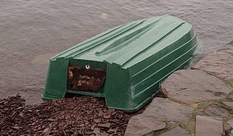 SØKER EIER: Politiet vil komme i kontakt med eieren av denne båten, som har drevet i land ved Utstranda i Hole.