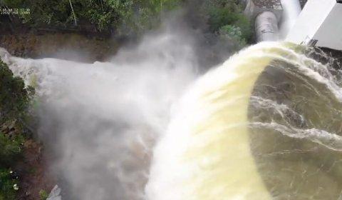 MASSIVT: Her er vannmassene filmet med drone. Videoen fra bakkeplan gir nesten et enda mer dramatisk inntrykk.