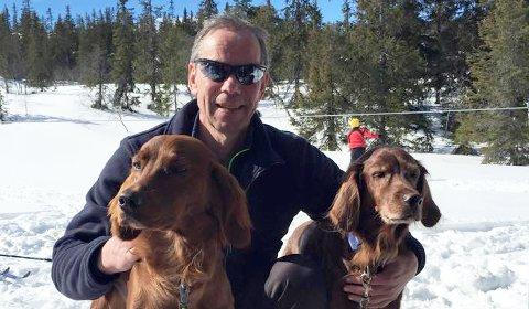 REAGERER: – På denne tiden av året er hundene veldig urolige, sier Pål Bjerke. Hans to irske settere har krevende dager rundt nyttårsfeiringen.