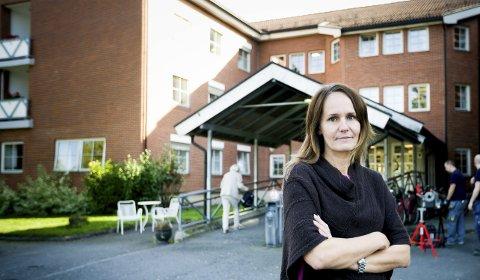 KRITISK: Lone Kjølsrud (Frp) foran Libos (Lillestrøm bo- og behandlingssenter). Hun er kritisk til turen til Nederland av flere grunner, blant annet at ledig kapasitet i dag ikke utnyttes fordi det ikke er budsjetter til det. FOTO: LISBETH ANDRESEN