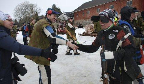 I VINDEN: Gratulantene sto i kø da Simon Kolstad Claussen ble Viken II-mester søndag, noe som dessuten ga ham ØM-billett. Her er treeren Kurt-Eirik Bekkevold frampå med labben. Foto: Jon Wiik.