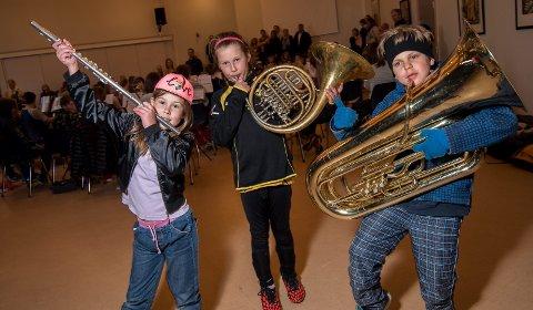 KORPSASPIRANTER: Arneta Tautkute (7), Andromeda Tautkute (9) og William Leonardo Dagstad (9) vil begynne i korps fordi de syns det virker kult å spille instrument, opplyser de.