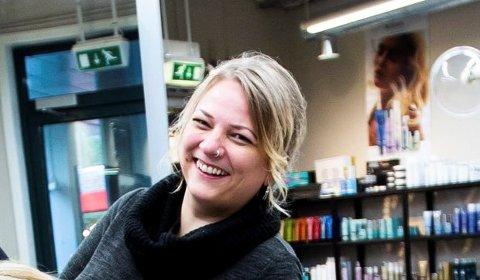 GLAD: Frisør Jeanette Lofthus Teigen, daglig leder i Kari–Jannes Salong, er fornøyd med gladnyhten fra regjeringen. (Foto: Lisbeth Lund Andresen)