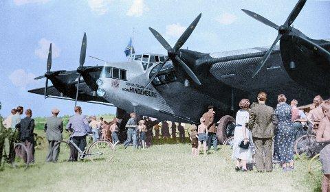 Folk strømmet til Kjeller for å se flyene. Mange ville se når Lufthansas gigantfly Junker G38 tok turen innom.